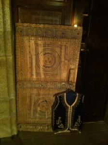 Le décor : porte ancienne et veste d'apparat