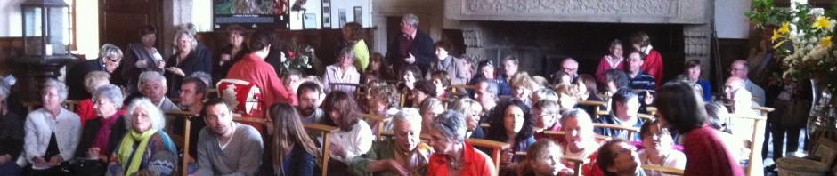Public attentif à la cérémonie du thé
