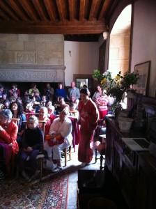 Assemblée paisible attendant le thé servi par Maï!