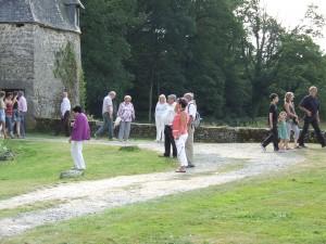 Visiteurs au pied de la tour
