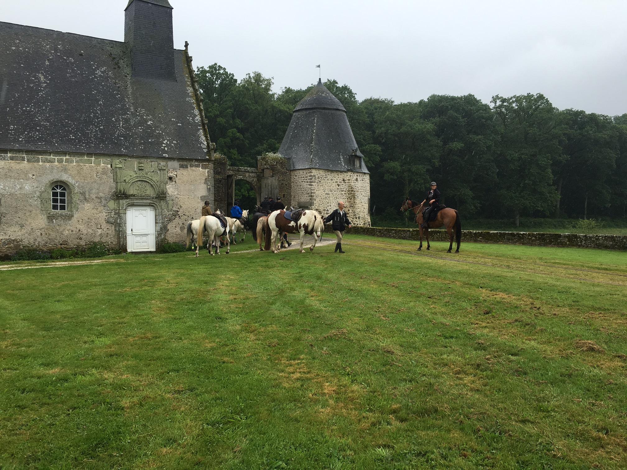 Départ chevaux sous porche