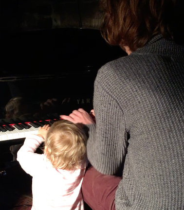 henri-violette-au-piano